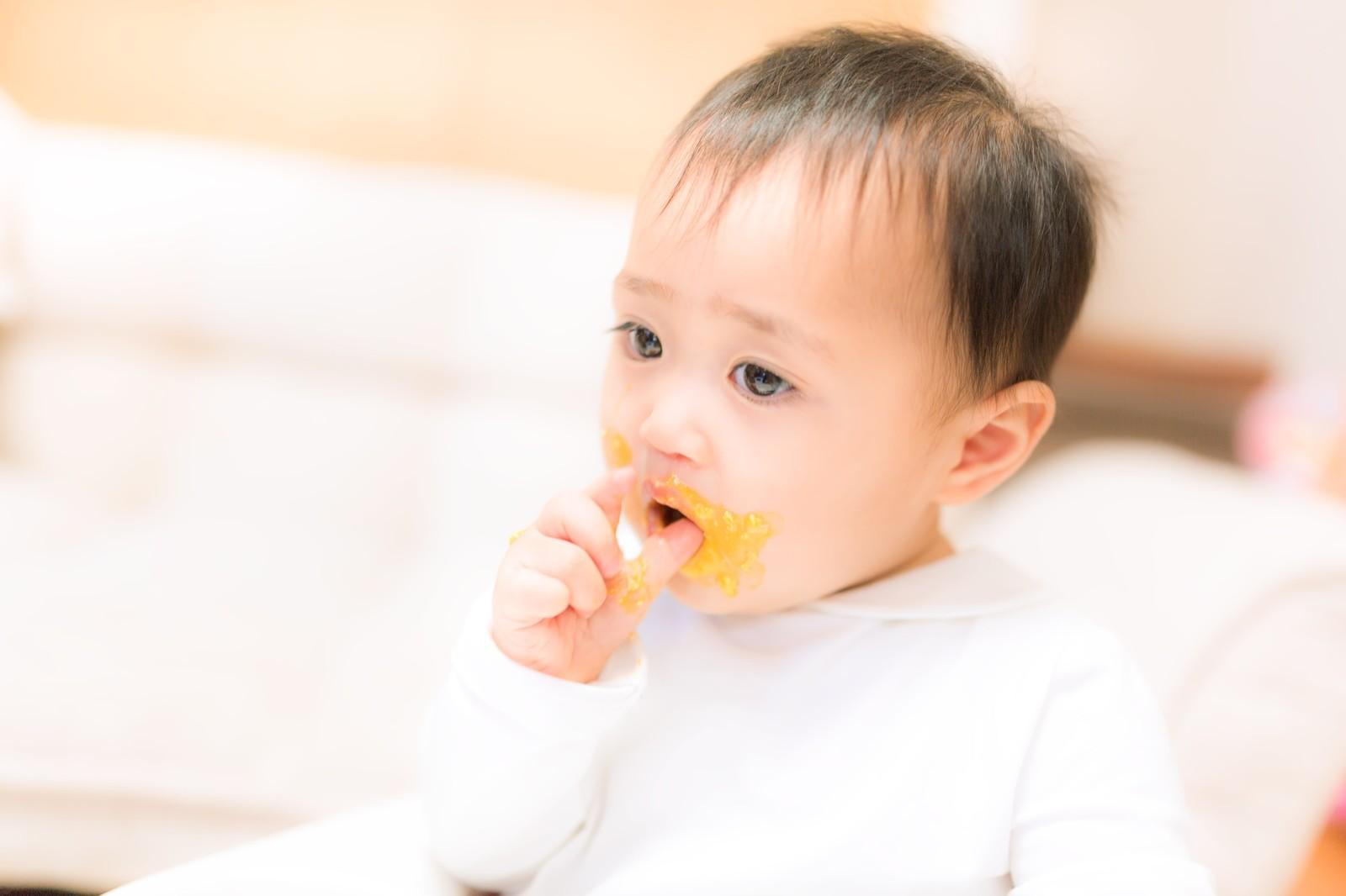 食事をとる赤ちゃん