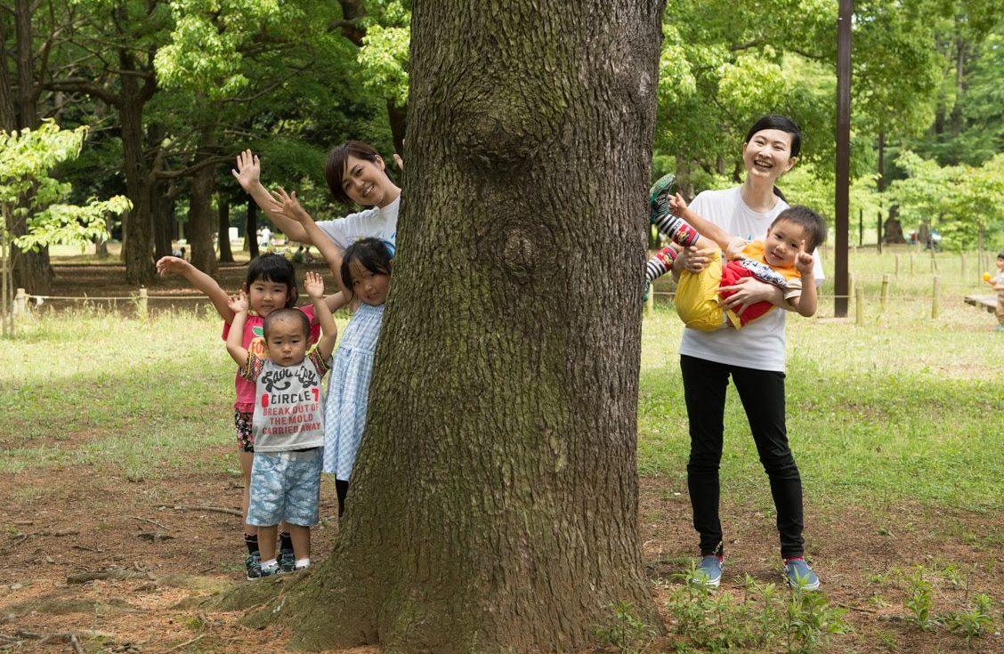 先生と子どもが公園で楽しく活動している様子
