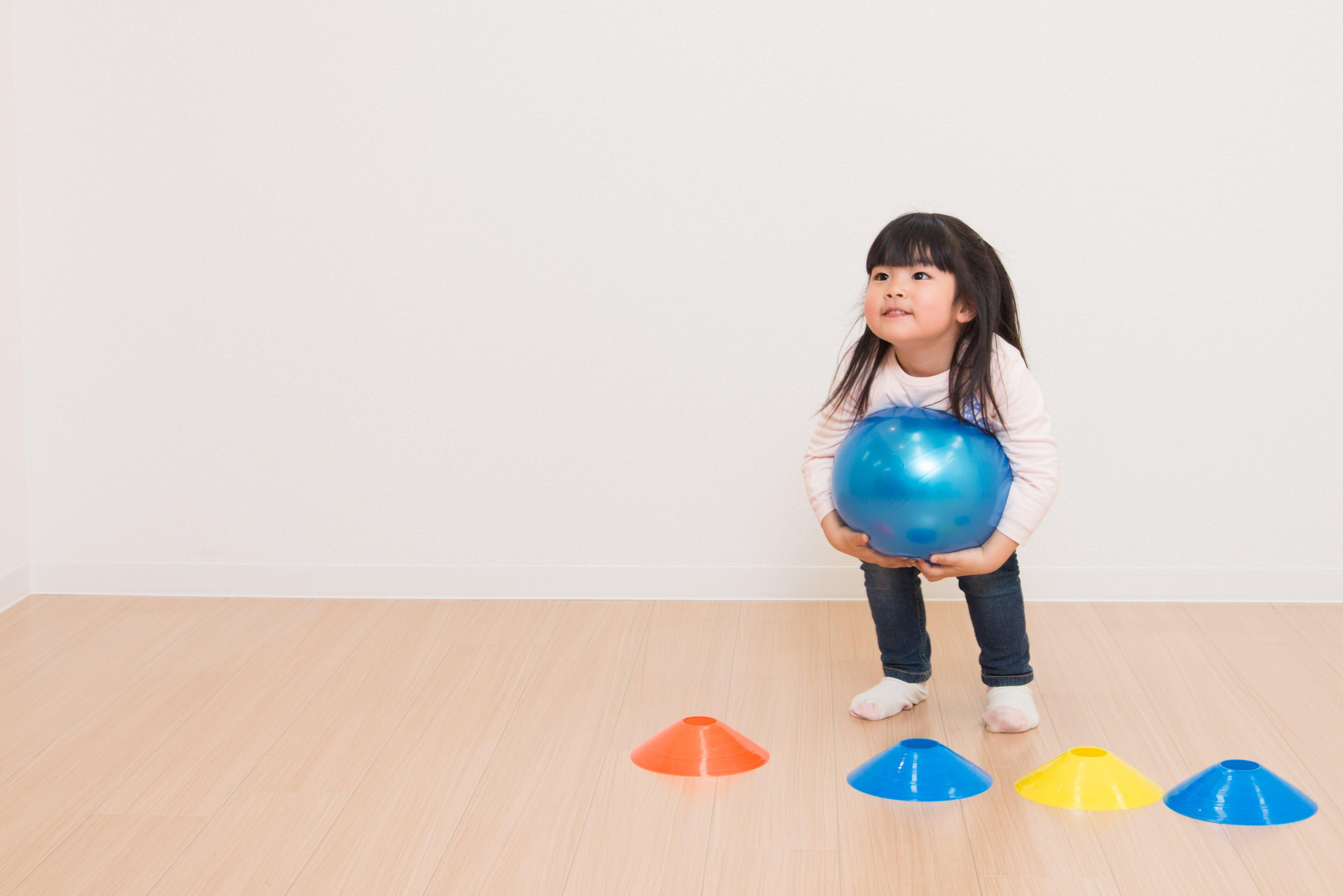 ボールを投げる女の子